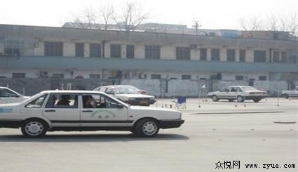 杭州心成驾驶培训学校成立于2002年,位于杭州市拱墅区湖墅南路156号(沈塘桥大塘巷社区),拥有全新桑塔纳教练车70辆,教练员78名,其中四星级教练3名、三星级教练员10名及多名高级教练员,拥有中高级职称、技师等级的占90%,达到三级驾校资质.