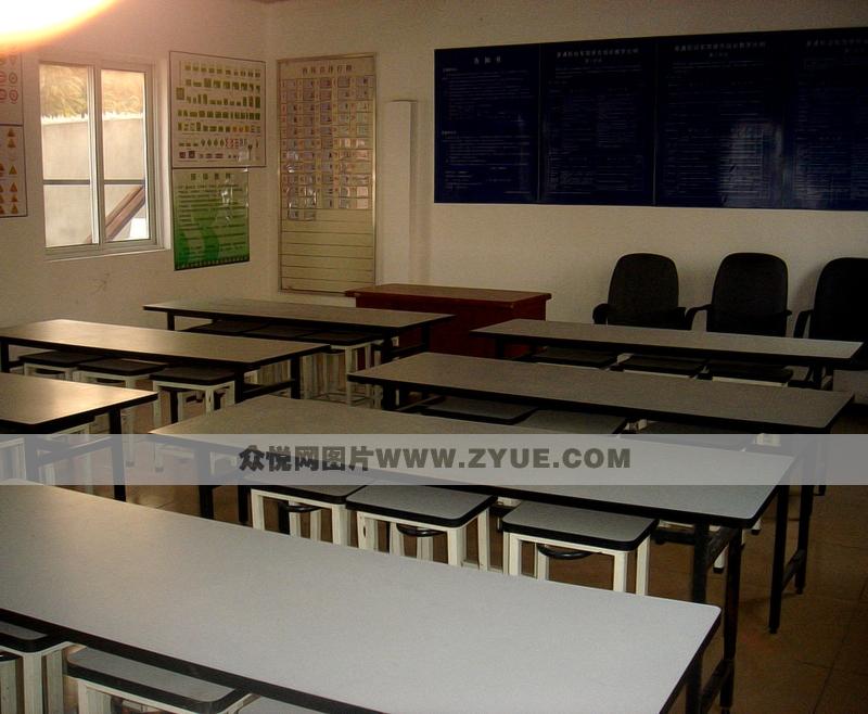 巴士�{校教室