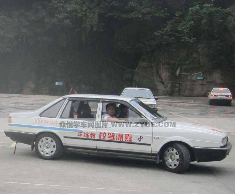 图为嘉州驾校c1教练车,教练正在认真教学.   嘉州驾校c1教高清图片