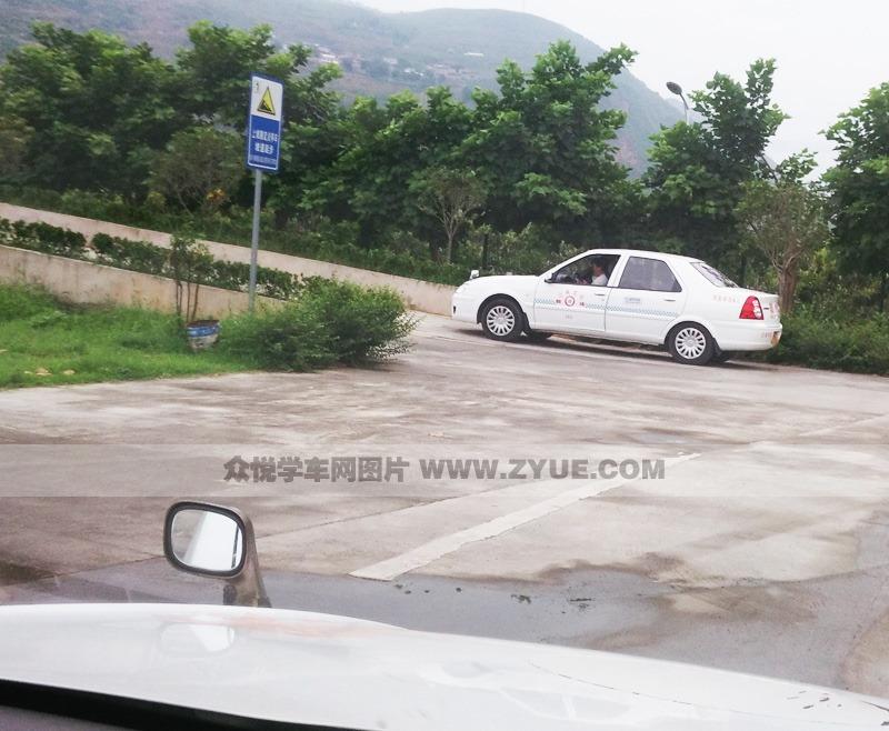 雅安西康驾校坡道定点停车和起步练习场地