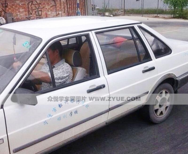 上图教练车车型为两厢白色普桑手动档小车,想学c1照的学员可选择这款