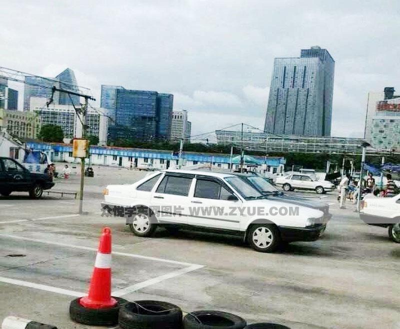 现在年轻人都喜欢学c1照,腾兴驾校c1照教练车为白色普桑小高清图片