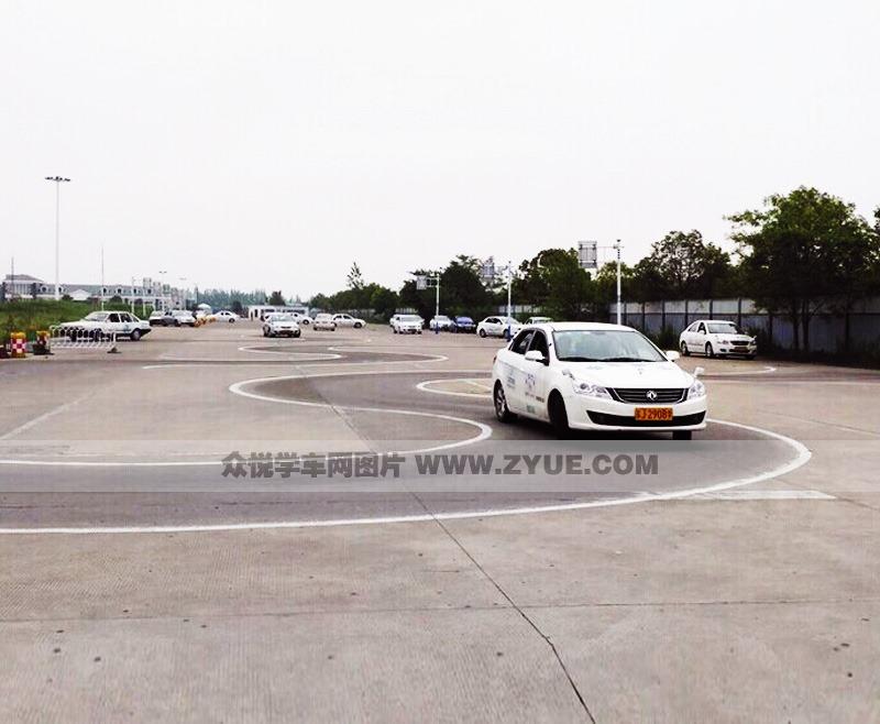 九州驾校曲线行驶练习